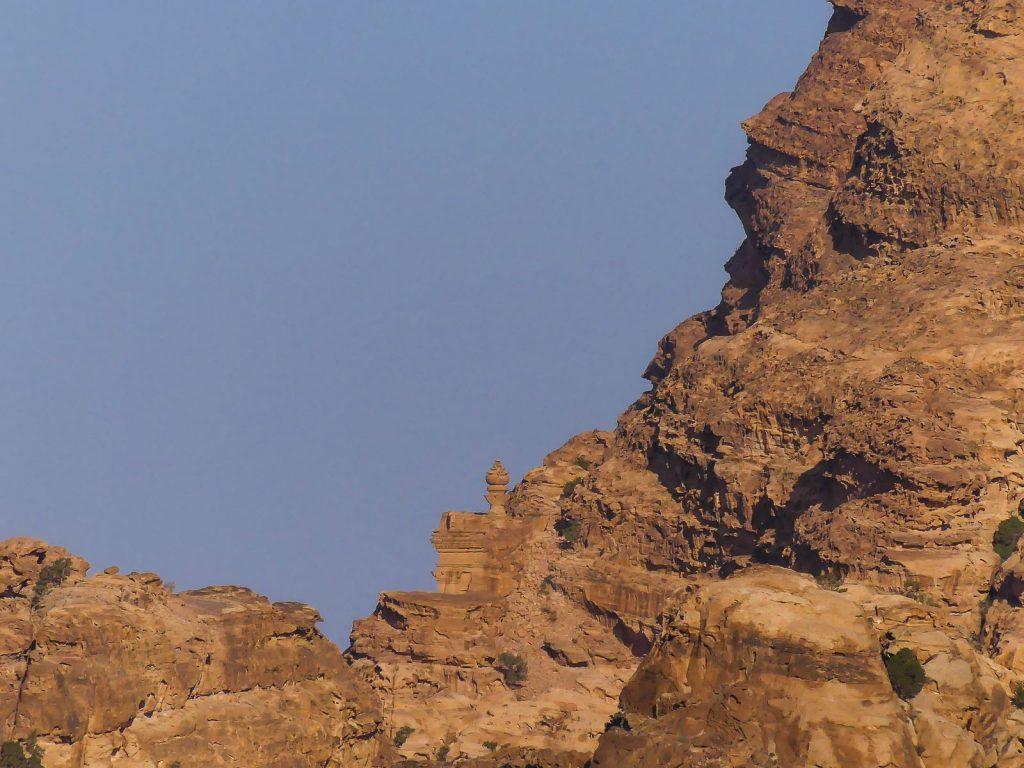 Temple jouant à cache cache dans la montagne