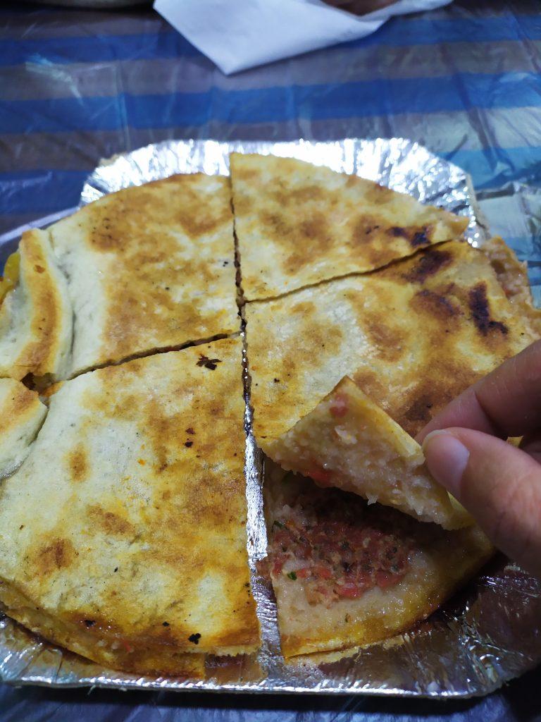 Pain pita fourré avec de la viande et des tomates concassées - Amman