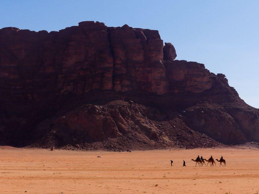 Wadi Rum - arrêt 1 - vue sur le désert - convoi de dromadaires